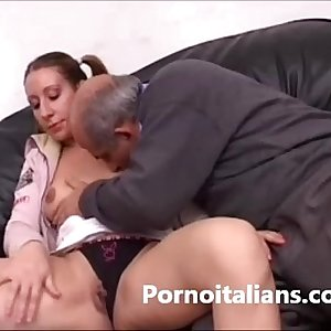 Italian girl gets her beaver licked by dirty old man -Italiana leccata INCESTO