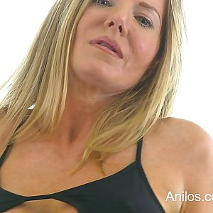 Bigtit cougar Amber Michaels punishes her running in rivulets cunt