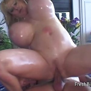 Oiled bbw bouncing the sexy dick